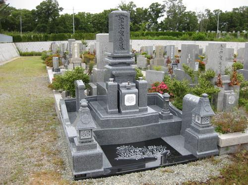 随所に意匠を凝らした「和・モダン」のデザイン墓石 [神戸市立鵯越墓園]
