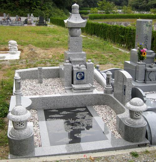 伝統的な墓石「五輪塔」とニューデザインの融合 [神戸市立鵯越墓園]