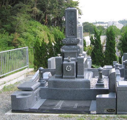 亡き妻への想いを込めた和型のデザイン墓石 [神戸市立鵯越墓園]