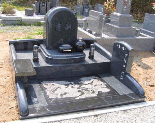 フロアに「影彫り」を施したオリジナルデザイン墓石 [神戸市立鵯越墓園]
