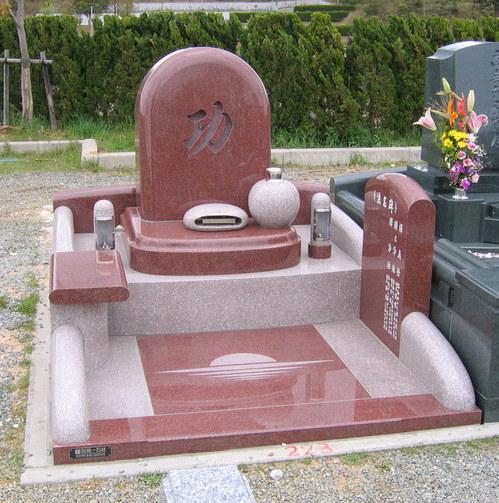 兄の名を墓石の正面に刻んだデザイン墓石 [神戸市立鵯越墓園]