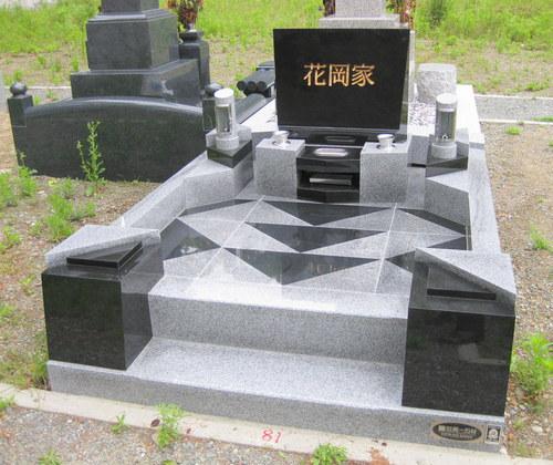 黒を基調にしたシャープなラインのオリジナルデザイン墓石 [神戸市立鵯越墓園]
