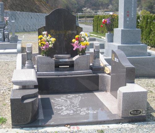 文字と図案に想いを込めたオリジナルデザイン墓石 [神戸市立鵯越墓園]