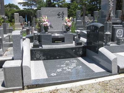 庵治石細目の完全国内加工の純国産オリジナルデザイン墓石