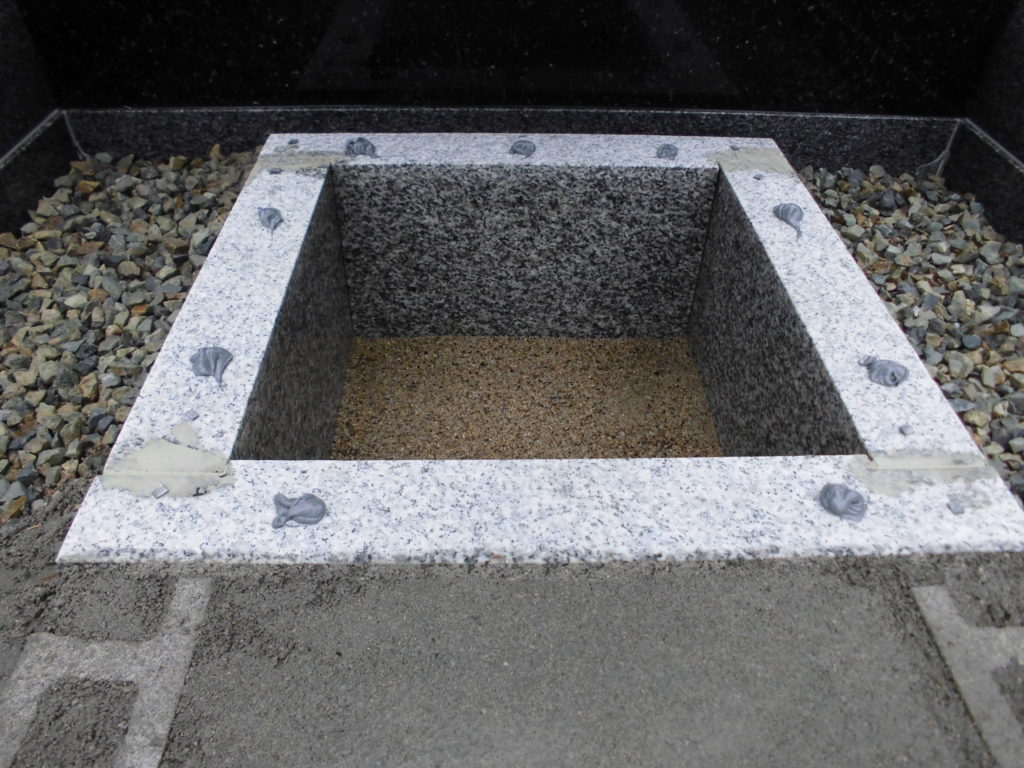カロート(納骨室)の上部に石材用ボンド注入