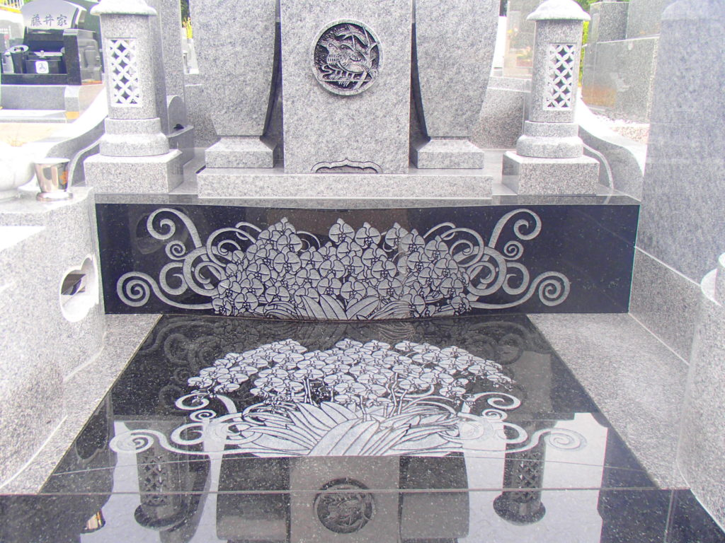 胡蝶蘭の模様を彫刻したお墓