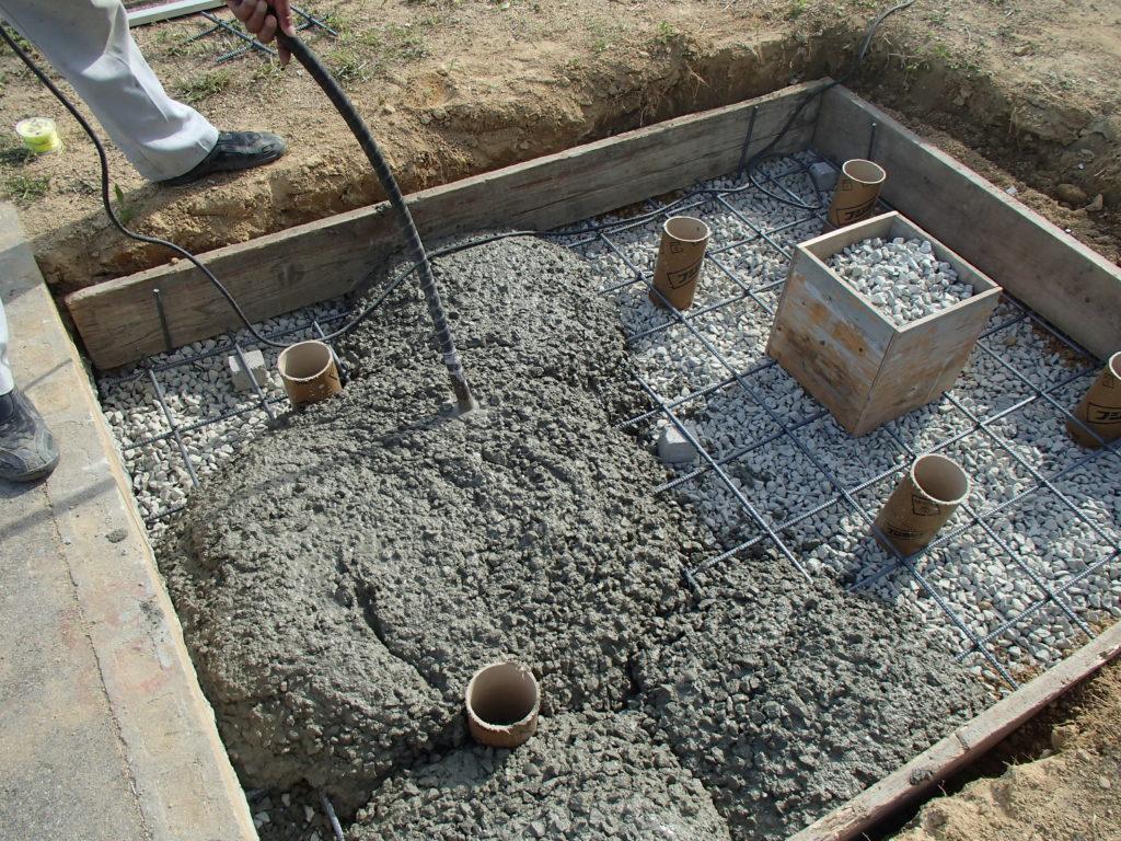 バイブレータを用い、コンクリートを締固め【神戸市立鵯越墓園】