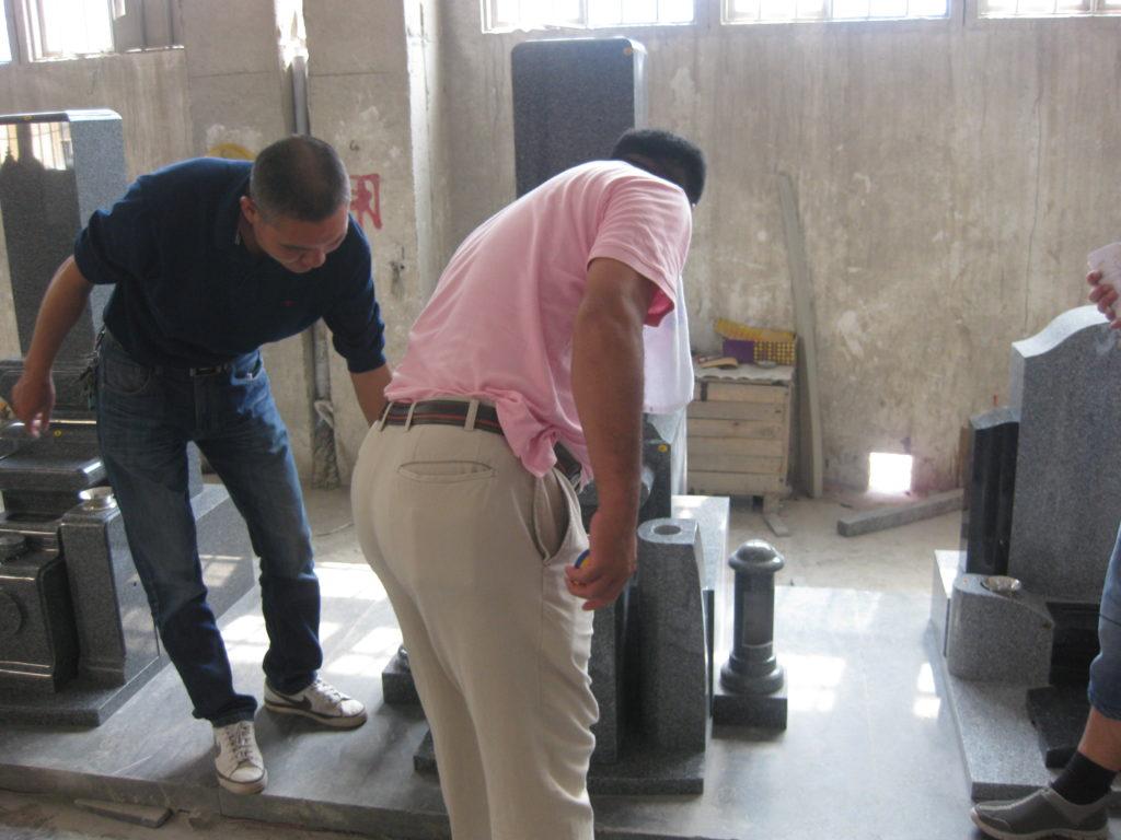 中国の石材加工工場で墓石の製品検品