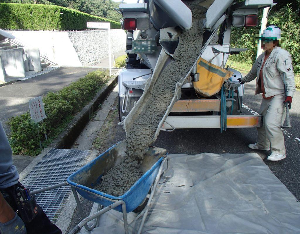 神戸市立鵯越墓園に生コン車到着