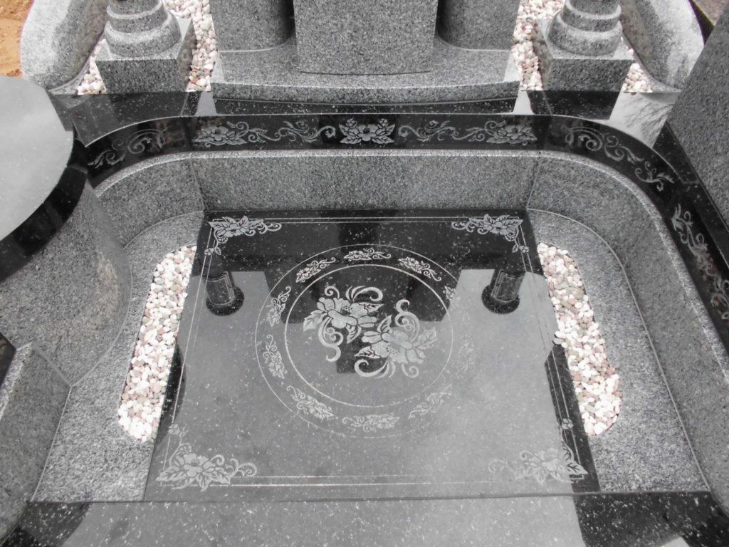 お墓フロア部への彫刻模様