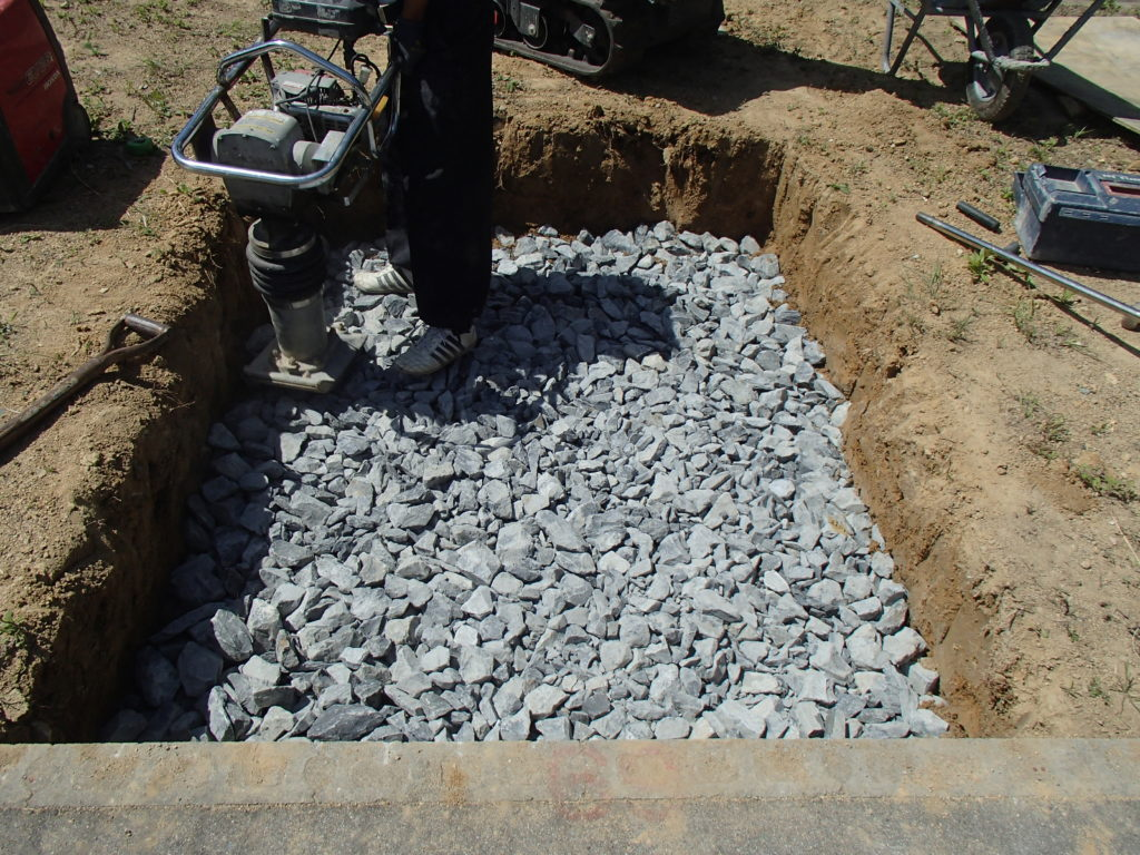 神戸市立鵯越墓園にて基礎工事用割り栗石敷設