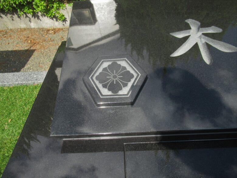 無垢材(一枚石)から削り出した浮き出し紋
