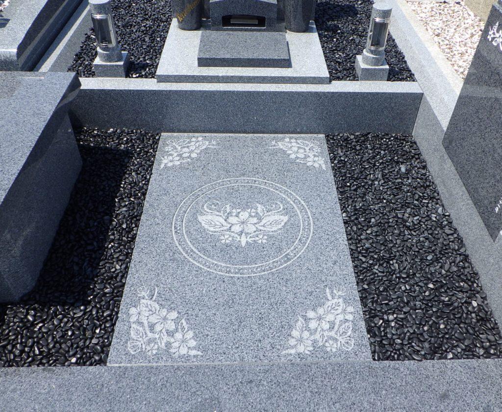 墓碑外柵への彫刻模様