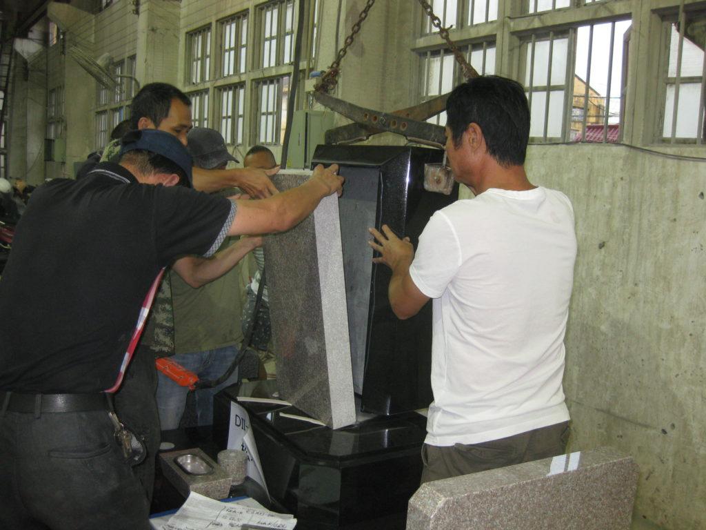 中国の石材加工工場での検品作業