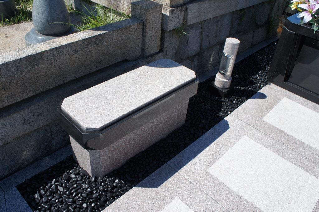 ゆっくりとお墓参りができるワイドベンチ