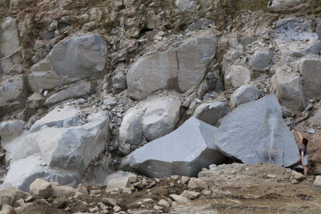 玉石状の形で採掘される天山石