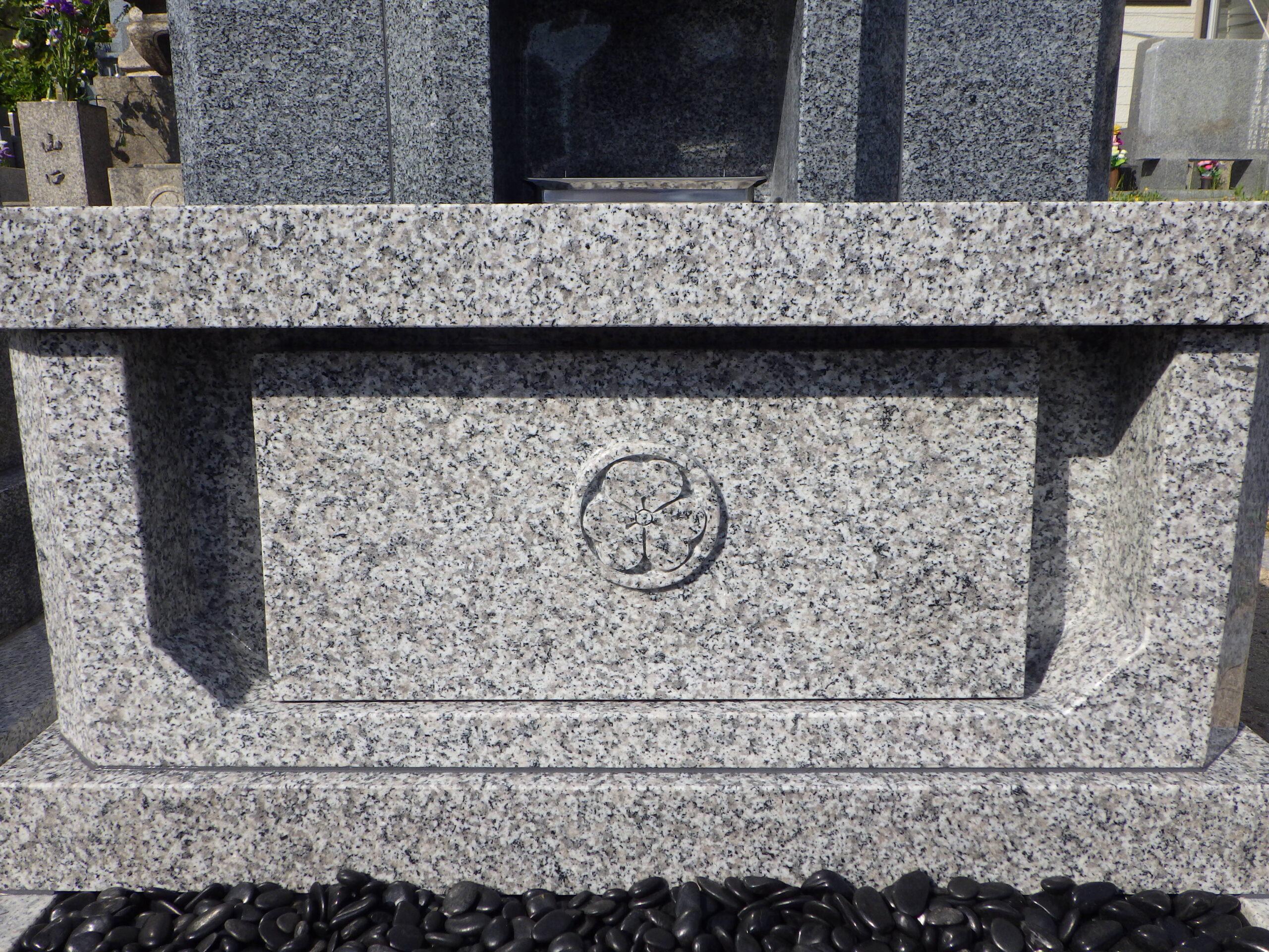 浮き出し家紋彫刻の丘カロート(納骨室)